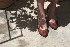¡Zapatos planos, por fin! Poder vestir bien sin torturas.   Chie Mihara shoes 2015 style Emis.