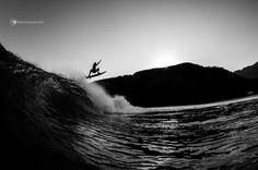 Swell chegou! Quem vai sair na foto? @renankajiya sobrevoando o Moreira #cdm #maresias #surf #surfphotography #surflinelocalpro #surfline #moreira #parnamiuma #wave #surfphoto #surfer #aerial #beachbrake #autumn #outono #litoralnorte #pb #bw #surfe #water #ocean #MadeOfOcean #oceano #agua #rksurfboards #silhouette #silhueta by alerodriguescom