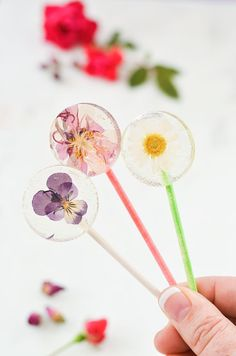 The concept of edible flowers has always delighted me. As a teenager, I was completely obsessed with faeries,. diy flowers Easy DIY Lollipops With Edible Flowers - A Beautiful Mess Diy Cadeau Noel, Crafts For Kids, Diy Crafts, Flower Food, Beautiful Mess, Flower Crafts, Diy Flowers, Real Flowers, Wedding Flowers