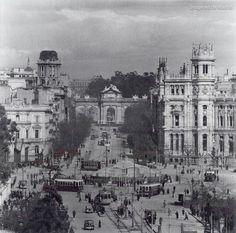 Año 1939, la guerra ha terminado y La Cibeles sigue tapada, foto Albert Louis Deschamps
