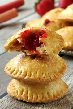 These sweet yet tart, flaky crusted strawberry rhubarb hand pies are the perfect way to start the summer! Strawberry Hand Pies, Strawberry Recipes, Fruit Hand Pies, Strawberry Sweets, Strawberry Summer, Strawberry Hill, Strawberry Rhubarb Pie, Pie Recipes, Dessert Recipes