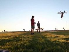 Projetado para aterrissar em lugares quase impraticáveis, um pequeno drone carregado com um desfibrilador foi apresentado nesta sexta-feira (23/08) na Alemanha. A ideia é que ele decole ao receber uma ligação de emergência e voe de forma autônoma, dirigido por um GPS, até onde está o paciente. Leia mais na Exame.