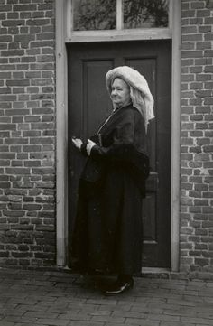 Vrouw in zondagse dracht uit Oirschot. Ze draagt over haar muts een 'poffer'. Over het bovenlichaam draagt ze een pelerine. 1950 #NoordBrabant #Kempen