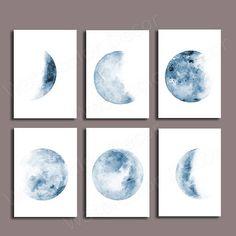 Set von 6 Mondphasen Aquarell Kunst Drucke (Blue Moon). Sie kaufen 6 Drucke. Jeder Druck verwendet Epson Pigment-Tinten auf einem Epson Ultra Premium mattes Papier. Dieses spezielle Papier ist für professionelle Fotografen und Fine Art Prints. Bitte wählen Sie zwischen verschiedenen Größen. Verfügbare Papiergröße sind unten erklärt: 5 x 7 (17,78 x 12,70 cm) 8 x 10 (25,40 x 20,32 cm) 8,50 x 11 (27,94 x 21,59 cm) 11 x 14 (35,56 x 27,94 cm) 11 x 17 (43,18 cm x 27,94 cm) 11,70 x 16,55 (42,00...