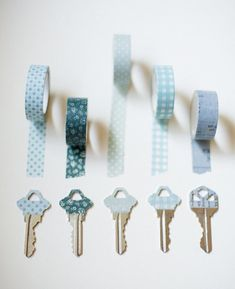 fabric tape Have you got a collection of washi tape? We've got great washi tape projects for you to try using this inexpensive decorative item and your imagination! Diy Washi Tape Crafts, Washi Tape Cards, Masking Tape, Diy Crafts To Sell, Washi Tapes, Easy Crafts, Ideias Diy, Fabric Tape, Organizer