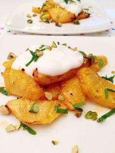 Gebakken ananas van de BBQ met munt en zure room