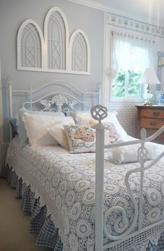 Traditional Bedroom Guest Bedroom Design, Pictures, Remodel, Decor and Ideas - page 3 Pretty Bedroom, Dream Bedroom, Home Bedroom, Bedroom Decor, Bedroom Ideas, Serene Bedroom, Wall Decor, Bedroom Photos, Master Bedrooms