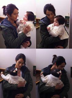 Kim Bum -- carrying Hyo Suk's baby Young Ja in his arms in the drama 'Padam Padam'!