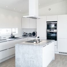 Image discovered by NewYorkBabe. Find images and videos about white and kitchen on We Heart It - the app to get lost in what you love. New Kitchen, Kitchen Island, Kitchen Cabinets, Innovative Architecture, Cool Kitchens, Interior Decorating, Sweet Home, House Styles, Home Decor