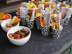 Korv med bröd i all ära, men visst är det kul om man kan variera kalasmaten lite. Vad ska man då bjuda på? Jag tycker att det är bra med kal... Fruit Salad, Guacamole, Food, Birthdays, Barn, Halloween, Pineapple, Food Food, Fruit Salads