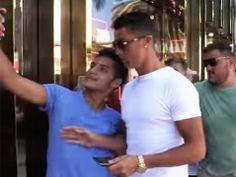 """Cristiano Ronaldo no quiso que lo molestaran al ir de compras e, incluso, aventó a un aficionado cuando se quería tomar una """"selfie"""". El jugador del Real Madrid fue captado en algunos comercios de Beverly Hills. A la salida de uno de ellos, los aficionados empezaron a fotografiarlo. Un joven logró llegar a su […]"""