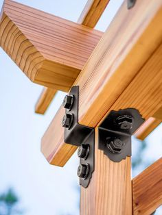These Outdoor Decorative Hardware Accents Are Not Only Handsome But Also Strong. They Look Bolted In Place, But The Nuts Are Actually Washers, Hiding The Heads Of Structural Screws. From Apiece Simpson Strong-Tie Woodworking Joints, Woodworking Workbench, Woodworking Furniture, Fine Woodworking, Diy Furniture, Woodworking Projects, Outdoor Furniture, Pergola Kits, Pergola Designs