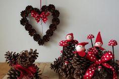 Červené vánoce z přírodnin - Na tyto dekorace jsme použili šišky všech tvarů a velikostí. Lepíme je tavnou pistolí a doplňujeme červenými detaily. ( DIY, Hobby, Crafts, Homemade, Handmade, Creative, Ideas)