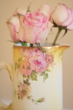 Vintage China Pitcher as Rose Vase ♥---lovely. Romantic Roses, Beautiful Roses, Pretty Roses, Beautiful Bouquets, Amazing Flowers, Vintage Shabby Chic, Shabby Chic Decor, Vintage Roses, Pink Roses