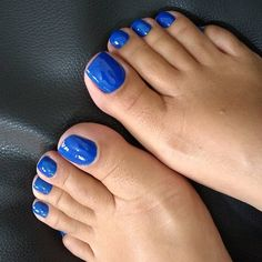 Image may contain: one or more people, shoes and closeup Blue Toe Nails, Pretty Toe Nails, Feet Nails, Pretty Toes, Nice Toes, Pedicure Colors, Painted Toes, Soft Feet, Beautiful Toes