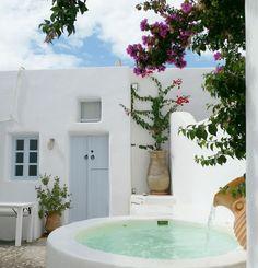 🌟Tante S!fr@ loves this📌🌟Une mini piscine à Santorini en Grèce. Jacuzzi, Timy Houses, Mini Piscina, Mini Pool, Greek House, Small Pools, Plunge Pool, Outdoor Living, Outdoor Decor