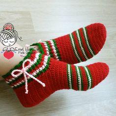The tiny touches give your boot a distinctive air . Crochet Ripple, Crochet Motif, Crochet Designs, Knit Crochet, Crochet Santa, Christmas Crochet Patterns, Crochet Slippers, Hello Kitty Crochet, Crochet Slipper Pattern
