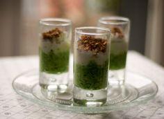 Bicchierini mousse di broccolo, straccetti di mozzarella e briciole alle mandorle