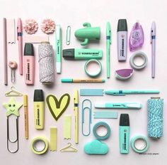 gorgeous pen flat lay by ig She also uses of items from our store!A gorgeous pen flat lay by ig She also uses of items from our store! Stationary Store, Stationary School, Cute Stationary, School Stationery, Stationery Pens, School Suplies, Kawaii Pens, Cool School Supplies, Stabilo Boss
