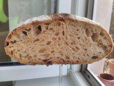 Krásně veliké očka, příjemně křupavá kůrčička a nadýchaná střídka. Jeden nenápadný receptík na kváskový chléb s vysokou hydratací. SUROVINY: 50 g rozkvas 200 g polohrubá mouka 250 g pšeničná celozr…