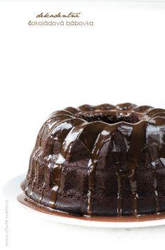 čokoládová bábovka na bábovku: 3/4 hrnku (95 g) kakaa 170 g hořké čokolády, nasekané  1 ČL instan kafe 3/4 hrnku (180 ml) vroucí vody 1 3/4 hrnku (220 g) hlad mouky 1 ČL soli 1 ČL jedlé sody 1 hrnek (250 g) kysané smetany, pokojové teploty 12 PL (170 g) másla, 2 hrnky (400 g) cukru 1 PL vanil extraktu 5 vajec, na polevu: 1/2 hrnku (120 ml) smetany na šleh, 31% 2 ČL kukuř sirupu 115 g mléč čokolády, Bread Bar, Brownies, Pudding, Cake, Desserts, Christmas, Food, Dessert, Pie Cake