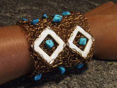 HANDMADE JEWELRY-Bracelete em crochê de fio de metal, cobre esmaltado em ouro velho, bordado com pedras naturais( turquesa, madre pérola e azurita)