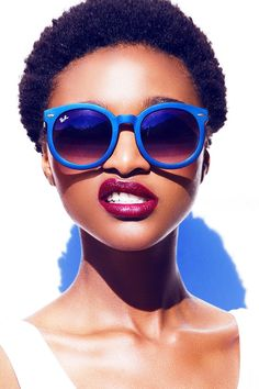 bestofebonygirls: So fashion with blue glasses !