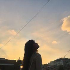 A imagem pode conter: 1 pessoa, céu, nuvem e atividades ao ar livre Korean Aesthetic, Aesthetic Photo, Aesthetic Girl, Aesthetic Pictures, Korean Girl Photo, Cute Korean Girl, Girl Photo Poses, Girl Photography Poses, Girl Pictures