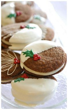 Dipped Gingersnap Sandwich Cookie for the holidays (NO RECIPE, just idea) Christmas Tea, Christmas Sweets, Christmas Kitchen, Christmas Goodies, Christmas Desserts, Christmas Baking, Christmas Gingerbread, Christmas Wedding, Xmas Cookies