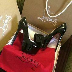 Lindas zapatillas color negro de charol