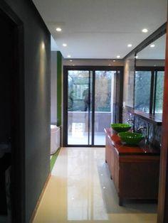 Estudio Juarez Lico  Baño suite. Se conserva el mismo efecto de transparencia en todos los ambientes, ambiente trabajado en madera, vidrio y piedra natural