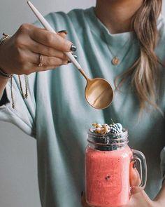 Rainy day may still be beautiful. Especially when you eat something delicious!  Whats your favorite kind of breakfast? . . Koktajlu Ty mój najpyszniejszy nie bądź taki zmieszany! Naprawdę dobrze Ci w tym różu jesteś najprzystojniejszym blenderopochodnym stworzeniem w całej mojej kuchni!  . Pięknego dnia! Ode mnie Mr Frozen Yoghurta! Przystojniaka w różowym!  . . . #creativephotography #tv_stillife #food52 #foodstylist #food4thought #foodandwine #still_life_gallery #tv_living #rsa_vsco…