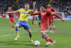 Sweden's midfielder Sebastian Larsson vies with Iran's midfielder... ニュース写真 | Getty Images