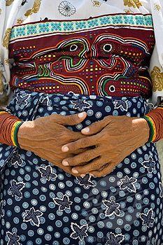 KUNA NATIVE INDIAN WOMAN HANDS MOLA PATTERN CLOTHES PANAMA CITY REPUBLIC OF PANAMA (1566-434253 / B99-717777 © age fotostock)