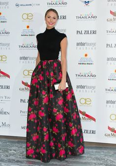 Stacy Keibler made her own red carpet moment, pairing a black knit top and ball skirt, both from Michael Kors pre-Fall 2013 collection. Stacy Keibler, Skirt Outfits, Dress Skirt, Dress Up, Glamour, Evening Skirts, Ball Skirt, Flower Skirt, Looks Street Style