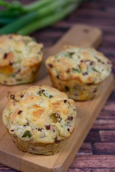 A simple recipe for savory muffins with leek bacon and mozzarella. Because muffins not only taste sweet but also in the savory variety. The post Savory leek bacon muffins recipe appeared first on Tasty Recipes. Bacon Muffins, Savory Muffins, Pizza Muffins, Breakfast Party, Breakfast Cups, Toffee Recipe, Food Network Canada, Snacks Für Party, Thanksgiving Recipes