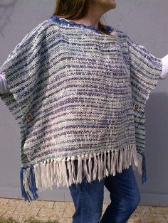 ponchos artesanales en telar Mexican Outfit, Summer Knitting, Crochet Poncho, Traditional Outfits, Mantel, Loom, Hand Weaving, Fabric, How To Wear