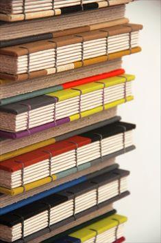 https://flic.kr/p/afvjQm | Livros De Stijl | Sketchbooks inspirados na geometria do movimento De Stijl, mas com as combinações de cores preferidas da Zoopress. Capa em patchwork de tecidos de encadernação importados, criando-se uma combinação de cores única em cada caderno. Costura copta com linha de linho em diversas cores. Tamanho médio, perfeito para carregar com você: 16,5 x 12 cm, 96 páginas de papel Marrakech 180 g/m2, gramatura ideal para desenhar, pintar, e maravilhosa também  para…