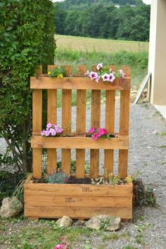 The pallet gardener in 80 photos will help you make a beautiful garden decor A real hit in recent days, the furniture in palette have totally changed the rules of the game in the world of decoration. More ecological and less ex. Vertical Pallet Garden, Herb Garden Pallet, Pallets Garden, Palette Deco, Wooden Pallets, Garden Planters, Beautiful Gardens, Planting Flowers, Garden Design