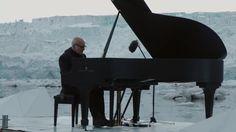 Ein Konzert der besonderen Art: Mitten im arktischen Ozean spielte Ludovico Einaudi das Klagelied Elegy for the Arctic, um auf die Zerstörung der arktischen Natur aufmerksam zu machen.
