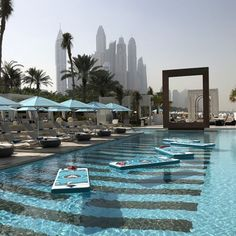 It's that time of the year again when the Dubai weather sits comfortably at those awesome mid 30 degree temperatures. Dubai Resorts, Dubai Hotel, Dubai Beach, Living In Dubai, Cool Pools, Photo Location, Best Cities, Beach Club, Landscape Architecture