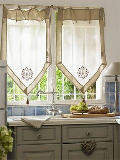 Vicky's Home: Villa Jasmin Provencal house / Villa Jasmin style Provencal style house Inside Cabinets, White Kitchen Cabinets, Curtains With Blinds, Valance Curtains, Rideaux Design, Provence Style, Kitchen Window Treatments, Villa, Curtain Designs