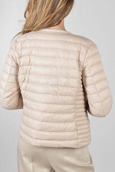 c1830c20dfc8d Priska doudoune ml Réf   17PI5908 Doudoune fine féminine cintrée. Petit col  arrondi zipp devant, capuche cachée et 2 poches zipées.