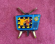 I WANT MY MTV! This is a wacky MTV television soft enamel pin with the original MTV logo, and rubber ducks in the background. These colors really pop and stand out beautifully with a denim jacket. Let the nostalgia begin! Mtv, Jacket Pins, Cool Pins, Pin And Patches, Aesthetic Stickers, Retro Christmas, Pin Badges, Lapel Pins, Pin Collection