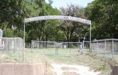 Western Heights Cemetery, where Clyde and Buck Barrow were buried. Bonnie Et Clyde, Bonnie Parker, Famous Outlaws, Bad Life, Gangsters, Lifestyle News, Cemetery, Louisiana, Westerns