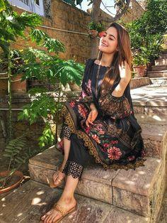 Pakistani Fashion Casual, Pakistani Dresses Casual, Pakistani Dress Design, Indian Dresses, Indian Outfits, Indian Fashion, Pakistani Clothing, Pakistani Street Style, Women's Fashion