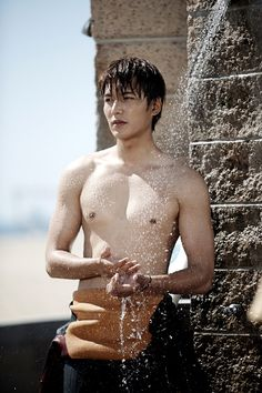 """Heirs"": Lee Min Ho At Home On The Beach With Friends 