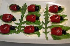 Tomate-Mozzarella-Marienkäfer von Chefkoch-Video   Chefkoch Tomate Mozzarella, Snacks Für Party, Healthy Salad Recipes, Sushi, Veggies, Fruit, Ethnic Recipes, Halloween, Appetizer Recipes