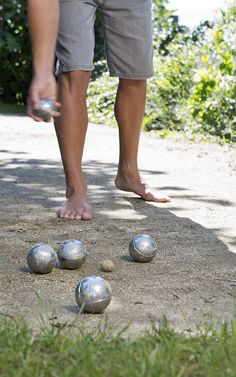Boccia spielen im VINCENT Hotel // Play Boccia in the VINCENT hotel Provence, Christmas Bulbs, Wellness, Holiday Decor, Playing Games, Birthday, Vacation, Christmas Light Bulbs, Aix En Provence