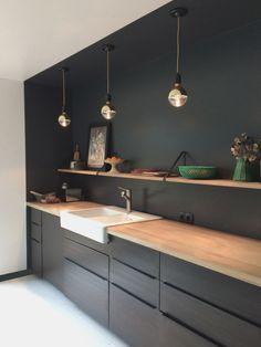 Kitchen Worktop, Kitchen Countertops, Kitchen Cabinets, Ikea Kitchen Design, Kitchen Decor, Black Ikea Kitchen, Kitchen Designs, Kitchen Interior, Dinner Table Design